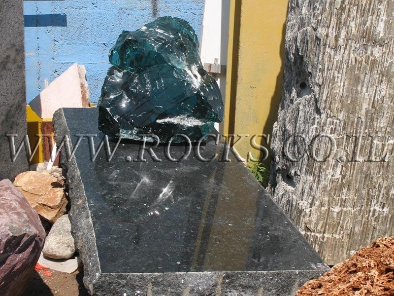 גלריית מצבות מסלע זכוכית
