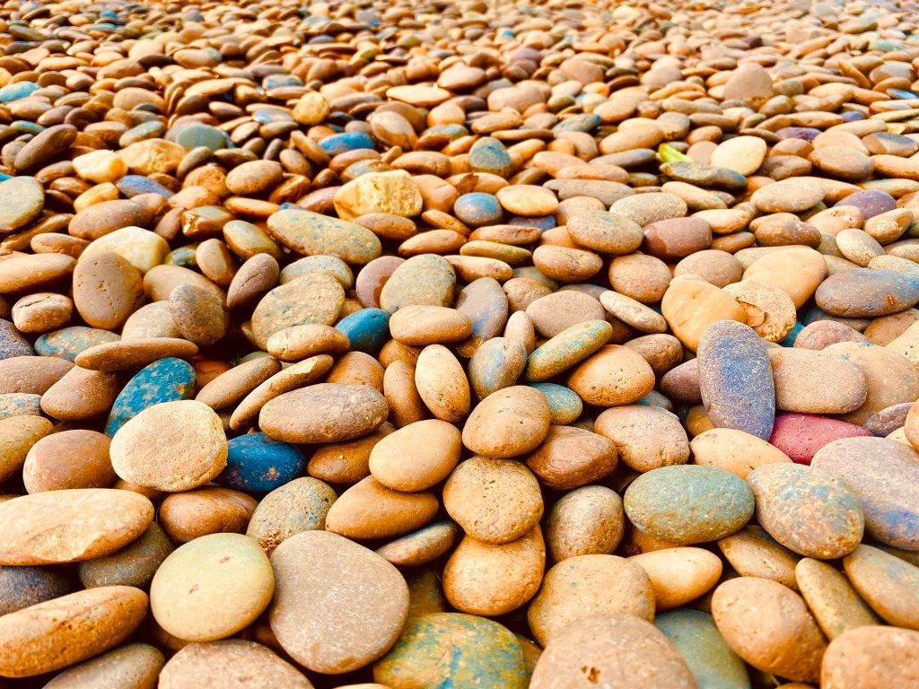 סלעים וחלוקי נחל לעיצוב הגינה