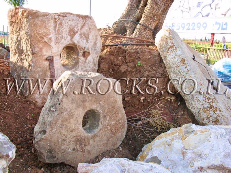 פי באר סלע עם חור אבן ריחיים לגינה עיצוב גינה גינות גננות אדריכלות אדריכל נוף
