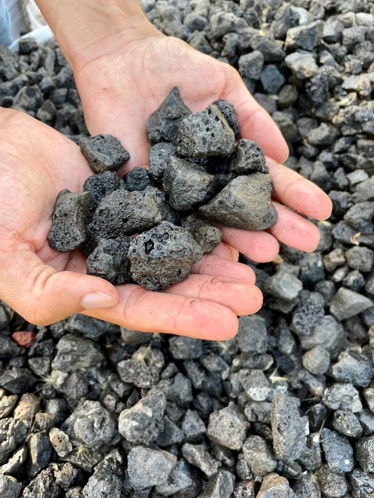 אבנים לחצר אבנים לגינה טוף שחור
