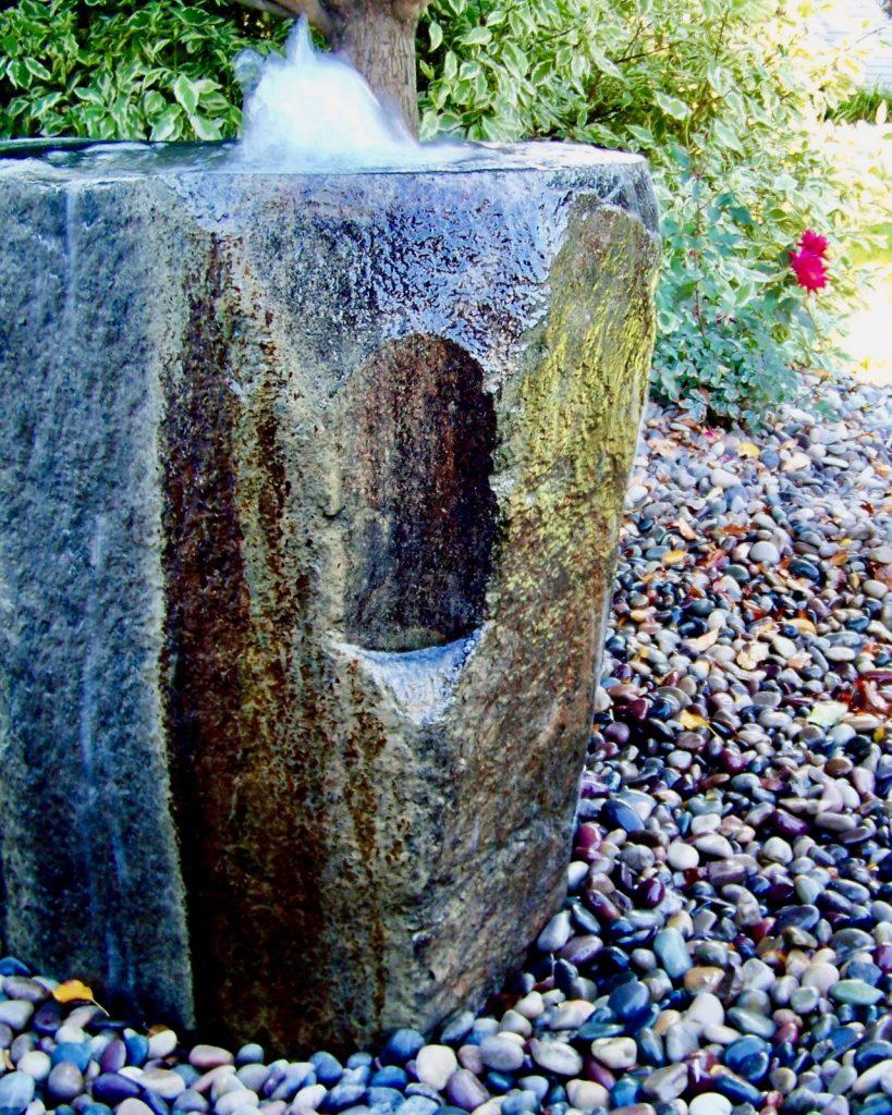 סלע נובע מזרקות מים מפלים בריכת נוי כפר הסלעים