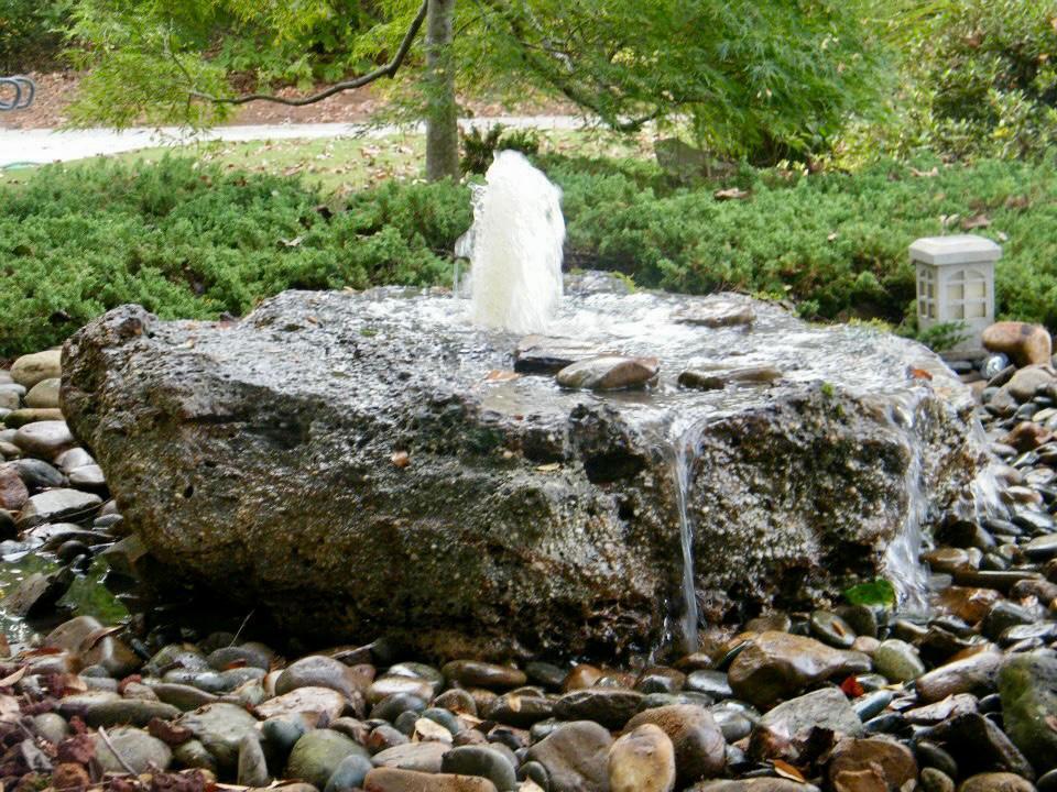 סלע נובע מזרקה מסלע חלוקי נחל כפר הסלעים