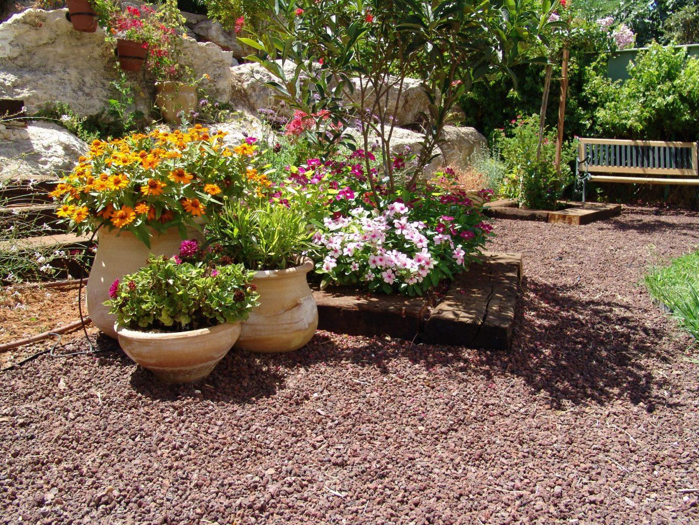 טוף חום אבנים חיפוי עציצים כדים לגינה כפר הסלעים