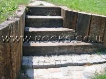 גרם-מדרגות-ותמיכת-אדמה-באמצעות-אדני-רכבות