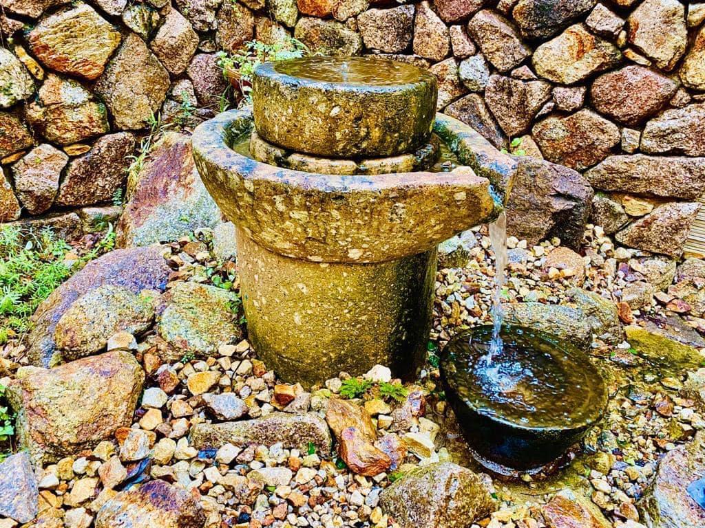 אבן ריחיים עתיקה כאלמנט דקורטיבי